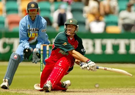 Heath Streak (oik.) mailan varressa Zimbabwen maajoukkueessa tammikuussa 2004. Taustalla tilannetta seurasi Intian hilavahti Rahul Dravid.