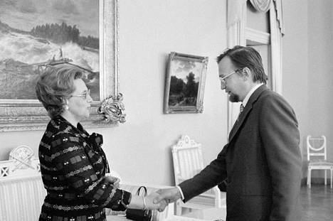 Kulttuuriministeri Marjatta Väänänen luovutti runoilija Paavo Haavikolle valtion kirjallisuuspalkinnon vuonna 1975.