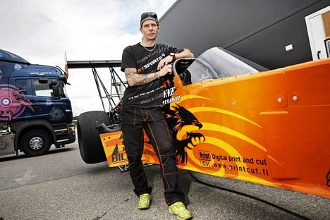 Janne Ahonen esitteli kiihdytysautoaan tiistaina Helsinki-Malmin lentokentällä.