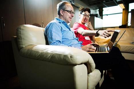 Helsinki Venturesin toimitusjohtaja Jan-Erik Nyrövaara (vas.) ja Hexletin toimitusjohtaja Rakhim Davletkaliyev näyttävät, miten verkko-ohjelma opettaa koodaamaan.