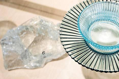 Suomalainen hiekka on rautaoksidipitoista ja saa aikaan vihertävän sävyn. Göran Hongellin Säde-lasisto (1938).