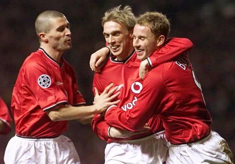 Manchester Unitedin Luke Chadwick (kesk.) juhli maalia yhdessä Nicky Buttin ja Roy Keanen kanssa keväällä 2001.