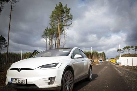 Tesla-merkkinen auto poistui hakkuualueelta perjantaina.