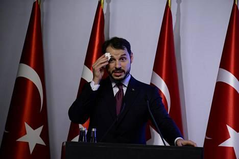 Turkin valtiovarainministeri Berat Albayrak tiedotustilaisuudessa perjantaina.