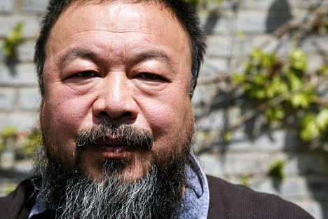 Kiinalaistaiteilija Ai Weiwei on myös ihmisoikeusaktivisti, joka on arvostellut Kiinan sosiaalisia oloja ja kommunistista puoluetta.