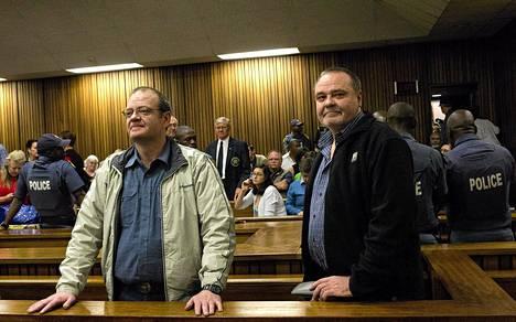 Mike (vas.) ja Andre du Toit tuomittiin maanpetoksesta pitkiin vankeusrangaistuksiin oikeudessa Pretoriassa Etelä-Afrikassa tiistaina.