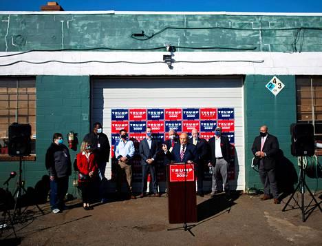 Rudy Giuliani ja kumppanit puhuivat medialle oikeusjutuista Philadelphian laitamilla muutama minuutti sen jälkeen kun Yhdysvaltain media oli julistanut Joe Bidenin voittajaksi.