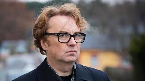 Sarjakuvapiirtäjä Pertti Jarla alkaa poliittiseksi pilapiirtäjäksi.