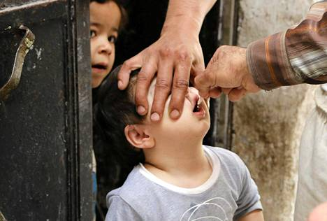 Avustustyöntekijät jakoivat poliorokotteita Aleppossa Syyriassa 4. toukokuuta.