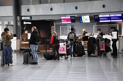 Matkustajia Helsinki-Vantaan lentoasemalla 13. toukokuuta.