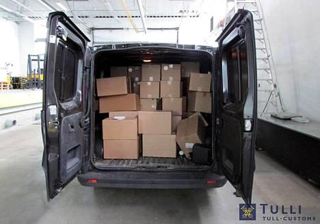 Tulli takavarikoi syyskuussa varastohalliin tehdyssä kotietsinnässä pakettiautosta ja varastosta yhteensä lähes 400 kiloa nuuskaa.