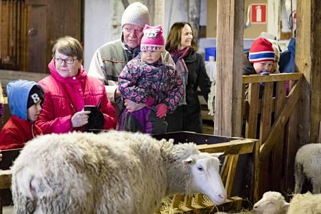 Haltialan kotieläintilan pääsiäinen on vilkas. Lapsiperheet vaelsivat katsomaan lampaita, poneja ja muita eläimiä sunnuntaina. Lampolassa Pirjo ja Sakari Kauhanen sekä lapsenlapset Romi, 7, ja Jessi Kauhanen, 4.