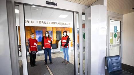 SPR:n vapaaehtoiset Hannele Sallinen (vas.), Tiina Pohjolainen ja Krista Huhtanen opastivat koronarokotteen saajia Maantiekadun sairaalassa Porissa.