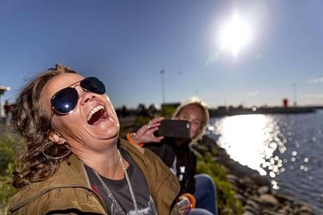 Heli Mäenpää ja Elise Pietarila Helsingistä nauttivat Bättre Folkin eksotiikasta.