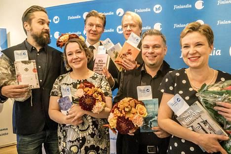 Kaunokirjallisuuden Finlandia-palkinnosta kilpailevat Jukka Viikilä (vas.), Emma Puikkonen, Riku Korhonen, Peter Sandström, Tommi Kinnunen ja Sirpa Kähkönen.