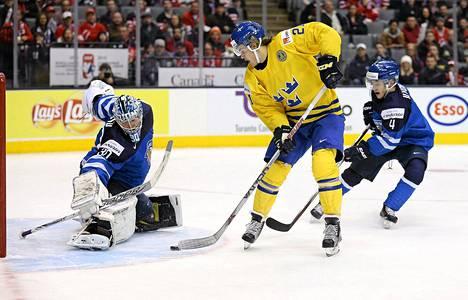 Nuorten Leijonien MM-turnaus päättyi pettymykseen viime viikon lopulla, kun Suomi hävisi Ruotsille puolivälierissä. Kuvassa Suomen maalivahti Ville Husso pysäyttää William Nylanderin.
