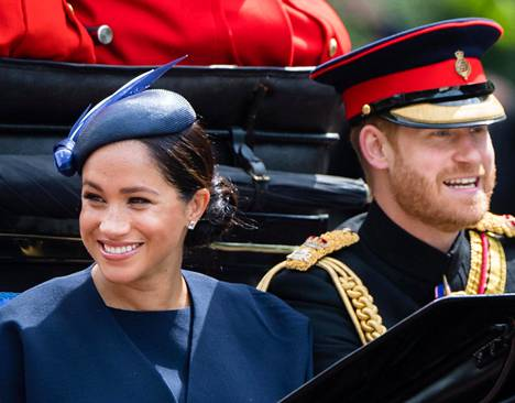 Sussexin herttuapari eli Harry ja Meghan kärryajelulla kesäkuussa 2019 juhlimassa kuningattaren virallista syntymäpäivää.