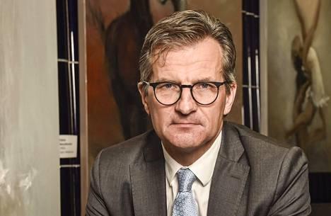 Ruotsin Finansinspektionin pääjohtajan Erik Thedéenin mielestä voi olla järkevää lyhentää velkoja vähän hitaammin ja sijoittaa samaan aikaan osakkeisiin.