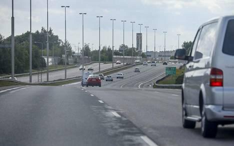 Vuonna 1995 syntyneet miehet ajoivat kilpaa Lahdenväylällä viime lokakuussa. Kuva on otettu kesällä 2018, eivätkä siinä näkyvät ajoneuvot liity tapaukseen.