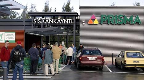Ihmiset jonottivat Olarin Prisman avajaispäivänä 16. syyskuuta 2004.