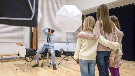 Jarmo Ollilan kollega Ari Koivu kuvasi tiistaina Kaisaniemen ala-asteen oppilaita.