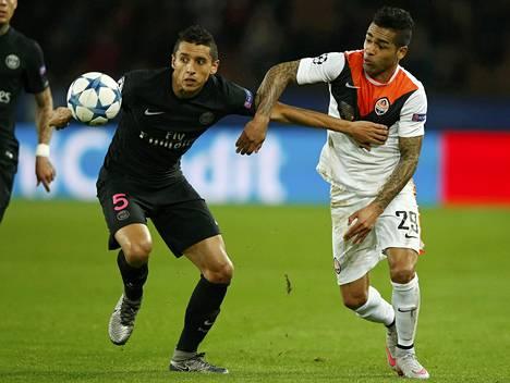 Alex Teixeira (oik.) taisteli pallosta PSG:n Marquinhosin kanssa Mestarien liigan ottelussa 8. joulukuuta.