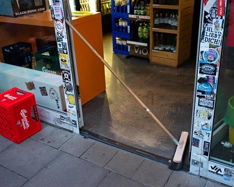 Alkoholinmyynnistä elävä kioski oli suljettuna uuden myyntirajoituksen takia.