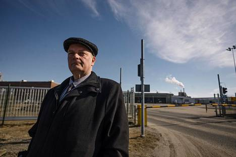 Kemin kaupunginjohtaja Matti Ruotsalainen Stora Enson Veitsiluodon tehtaan portilla Kemissä.