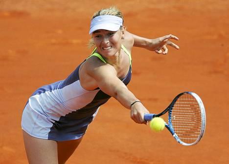 Maria Šarapova venyi voittoon Ranskan avointen puolivälierässä, vaikka hävisi ensimmäisen erän 0-6.