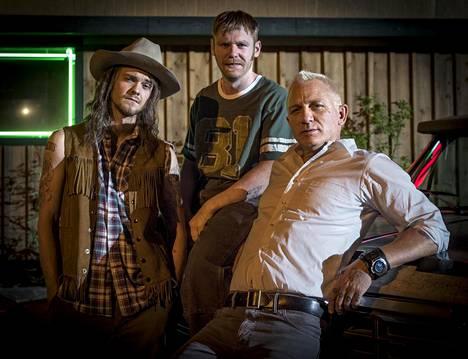 Jack Quaid (vas.), Brian Gleeson ja Daniel Craig ovat mainiota Logan Luckyssa.