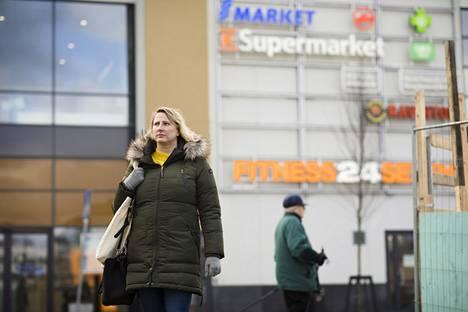 Helsinkiläinen Katri Riihivaara on auttanut käymällä apteekki- ja kauppa-asioilla tuntemattomien puolesta.