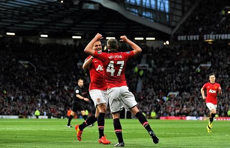 Manchester Unitedin James Wilson ja Nemanja Vidic juhlivat maalia Hullia vastaan 5. toukokuuta pelatussa ottelussa.