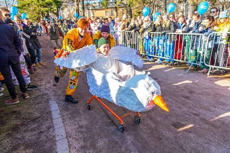 Akateeminen mäenlaskukilpailu järjestettiin Helsingissä lumettomuudesta huolimatta.