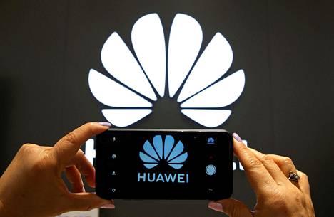 Huawei valmistaa verkkolaitteita ja matkapuhelimia.