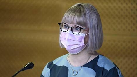 Sosiaali- ja terveysministeri Aino-Kaisa Pekonen esitteli hallituksen luonnosta perhevapaauudistuksesta tiedotustilaisuudessa tiistaina.
