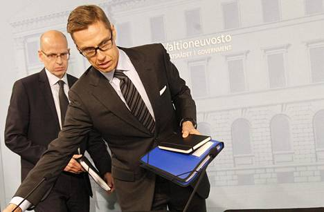 Valtiovarainministeri Alexander Stubb selitti alivaltiosihteeri Martti Hetemäen kanssa hallintarekisterihankkeen valmistelua tiedotustilaisuudessa joulukuussa 2015.