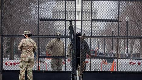 Sotilaat ja poliisit valvovat tiesulkuja Washingtonin keskustassa.
