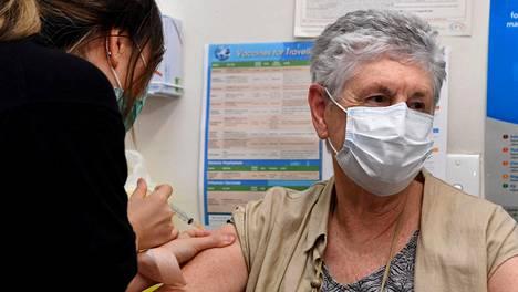 Hoitaja Youri Park rokotti Anne Hyslopin Astra Zenecan valmisteella keskiviikkona Australian Melbournessa.