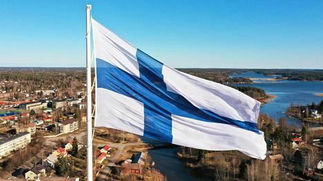 Vihdoin pystyssä. Haminassa liehuu nyt maailman suurin, koripallokentän kokoinen Suomen lippu. Kokonaisuudelle tuli hintaa noin miljoona euroa, josta kaupunki on maksanut valtaosan.