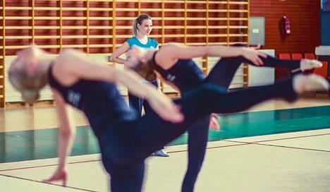 Salla Puustinen, 21, aloitti joukkuevoimistelun 6-vuotiaana. Vuonna 2011 hän siirtyi espoolaiseen OVO Teamiin, joka taistelee maailmanmestaruudesta viikonloppuna Lahdessa.
