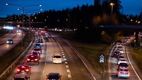 Turunväylän ja Kehä II:n risteys on iltapäiväliikenteen ruuhkaisin solmukohta. Liikennemäärä Kehä II:lta Turunväylälle liittyessä on noussut vuoden 2010 yli 50000 ajoneuvosta viime vuoden lähes 64000 ajoneuvoon.