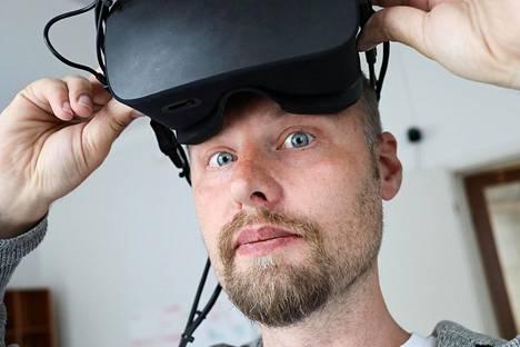 Toimitusjohtaja Urho Konttori esittelee startup-yritys Varjon varhaista prototyyppilaitetta, joka on rakennettu Facebookin Oculus Rift -lasien sisään.