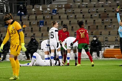 Portugalin Diana Silva sai keltaisen kortin rikottuaan Suomen Anna Westerlundia.
