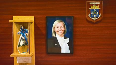 Upseerimessin seinälle on ripustettu perinteen mukaisesti Katanpään kastajaistilaisuudessa käytetty samppanjapullo sekä aluksen kummin kuva. Kummina toimii Puolustusvoimien komentajan vaimo Tiina Laisi-Puheloinen. <BR/>