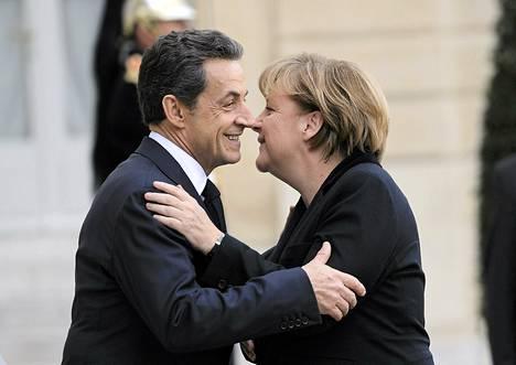 Ranskan presidentti Nicolas Sarkozy toivotti Saksan liittokansleri Angela Merkelin tervetulleeksi Elysee-palatsiin Pariisiin maanantaina.