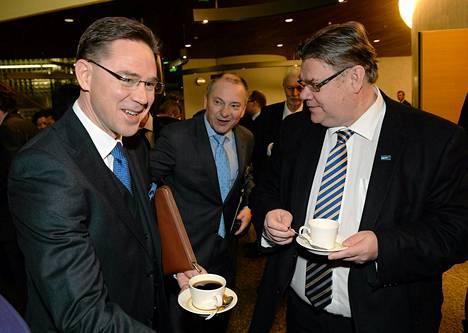 Pääministeri Jyrki Katainen ja ulkoasiainvaliokunnan puheenjohtaja nauttivat aamukahvit ennen seminaarin alkua torstaina.