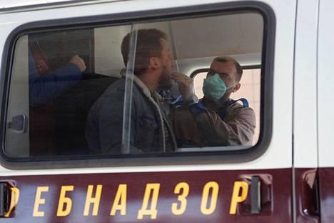 Hoitaja suoritti koronavirustestiä liikkuvassa laboratoriossa Pulkovon lentokentällä lähellä Pietaria maanantaina.