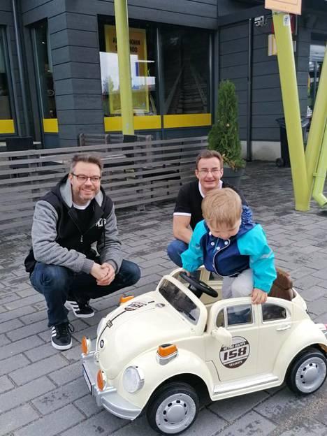 Tommy Tauriola ja Christer Strandman lahjoittamassa uuden kuplan 3-vuotiaalle hyvinkääläiselle Eemilille. Pojan ilo tarttui myös lahjoittajiin.