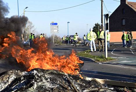 Mielenosoittajat seisoivat sunnuntaina kadulla Douchy-les-Minesin kaupungissa.