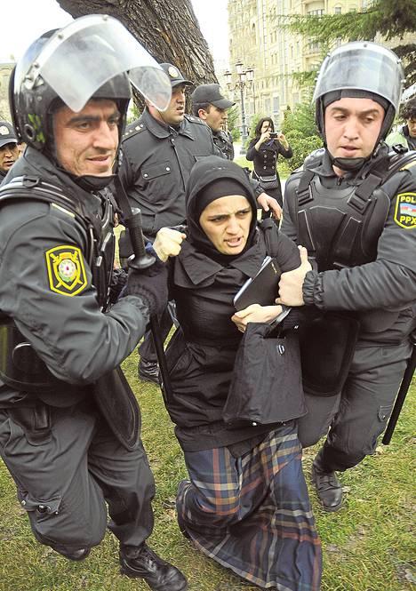 Azerbaid{cechzanilaiset mellakkapoliisit ottivat kiinni mielenosoittajia pääkaupungissa Bakussa lauantaina 26. tammikuuta.